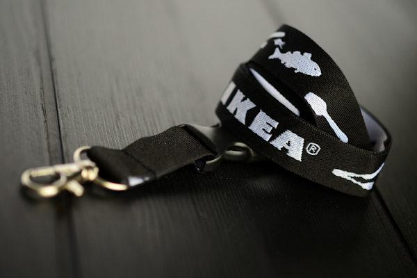 Kudottu avainnauha logolla