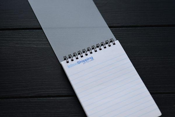 Painettu muistikirja tai muistivihko kierresidottuna