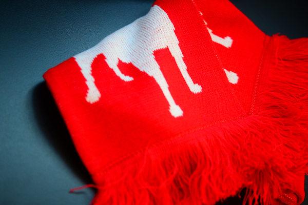 Kudottu kaulahuivi omalla logolla